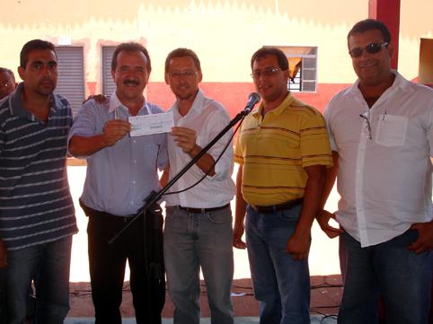 Donizete recebendo cheque do vereador BaltazarZildo Silva