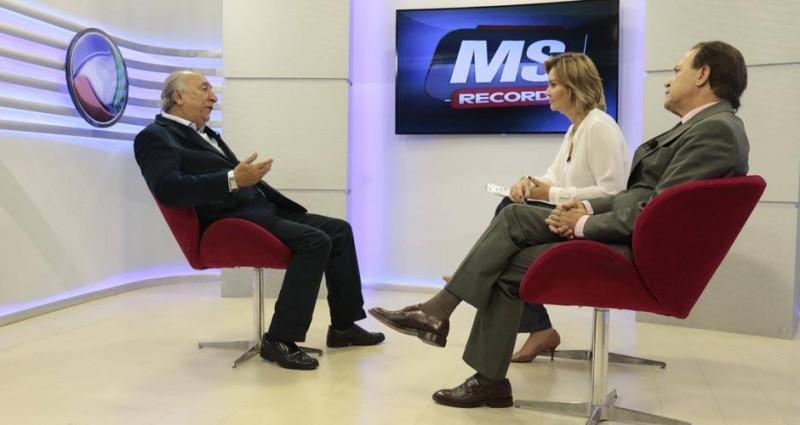 Manoel Afonso é novamente comentarista politico da TV Record de MS. Ele se apresenta três vezes por semana: segunda, quarta e sexta. Ontem, participou da entrevista com o novo senador Pedro Chaves. Também na foto a apresentadora Elen Genaro.