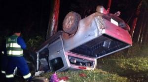 Chovia muito no momento do acidente e o empresário perdeu o controle de direção e colidiu em uma árvore. (Foto: Maringá Alerta)