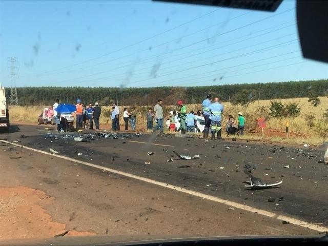 Ferragens de veículos após acidente na BR-262 (Foto: Estevão Congro/ JPNews)