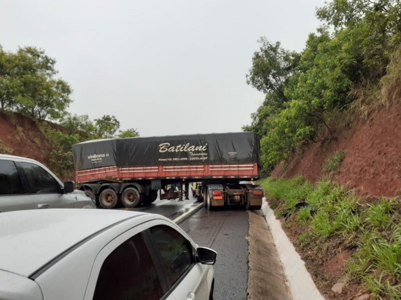 Fotogaleria: motorista morre e caminhão carregado de algodão pega fogo na BR158
