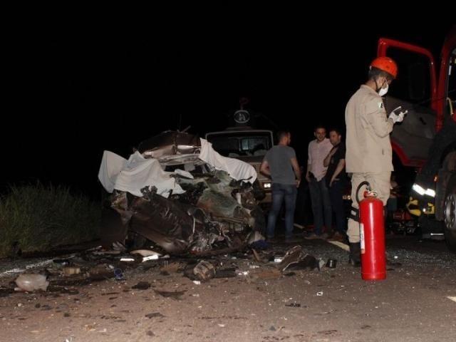 Veículo Ka ficou completamente destruído após a batida. (Foto: Jornal da Nova)