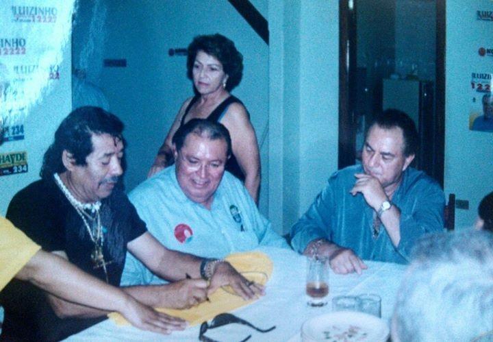Mariane, filha do Luizinho e da Luíza, postou a foto. Era em uma campanha política. Luizinho recebia em sua casa a dupla Milionário e José Rico. Atrás a saudosa Luíza. Não soube precisar a data.