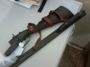 Homem é preso com armas após montar acampamento em canavial para caçar javali