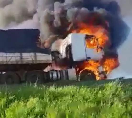 A causa para o incêndio que tomou conta da cabine do motorista ainda é incerta (Foto: Reprodução)