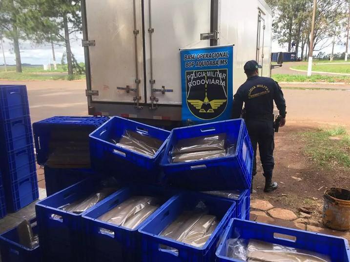Caixas que eram transportadas na carroceria do veículo. (Foto: Divulgação/PMR)  - CREDITO: CAMPO GRANDE NEWS