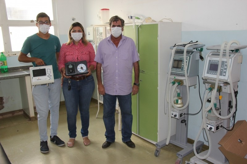 O prefeito Robinho Samara e a secretária municipal de Saúde, Janete de Oliveira Queiroz, estiveram na FESAT (Fundação Estatal de Saúde de Aparecida do Taboado) para fazer a entrega dos ventiladores.
