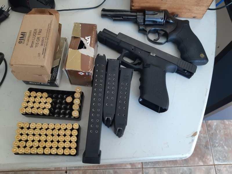 Armas e munições eram transportadas na camionete (Foto: PRF) - Midiamax