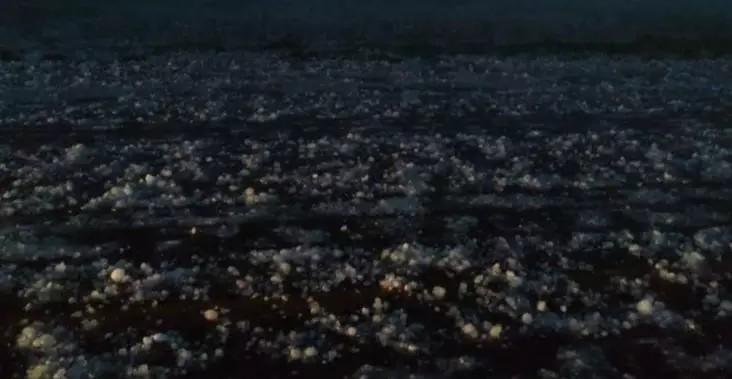 A rodovia MS-389 entre os municípios de Amambai e Ponta Porã, ficou coberta de pedras de gelo (Foto: divulgada pelo site Dourados Agora)