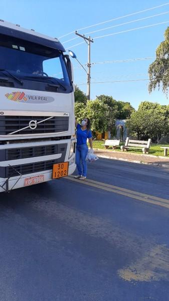 Lions Club Vale do Aporé realiza distribuição de kits de higiene à caminhoneiros