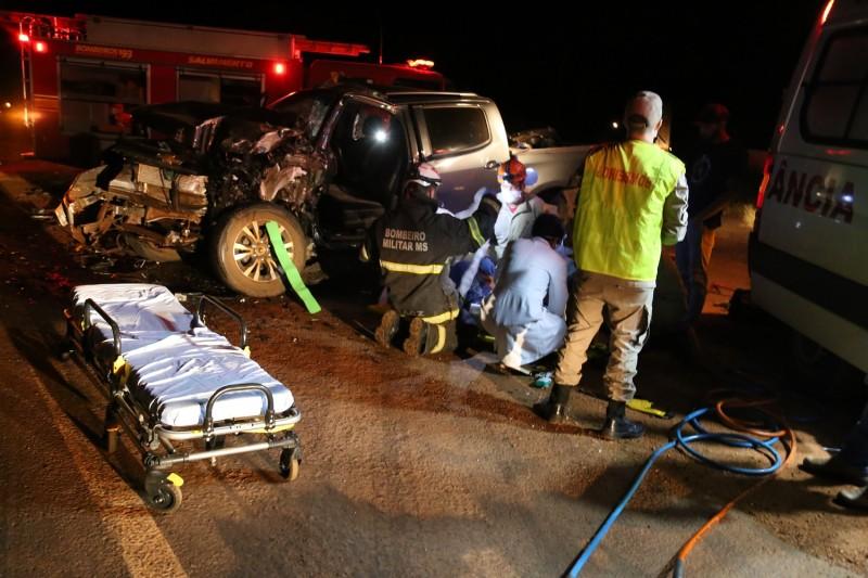 Acidente entre caminhonete e carreta canavieira deixa vítima com ferimentos