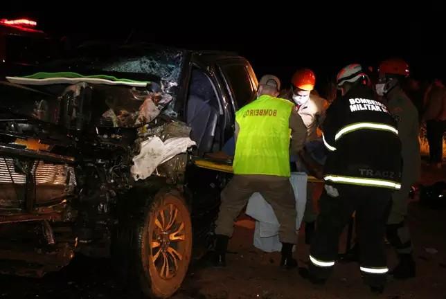 Caminhonete ficou destruída após colisão na BR-060. (Foto: O Correio News)