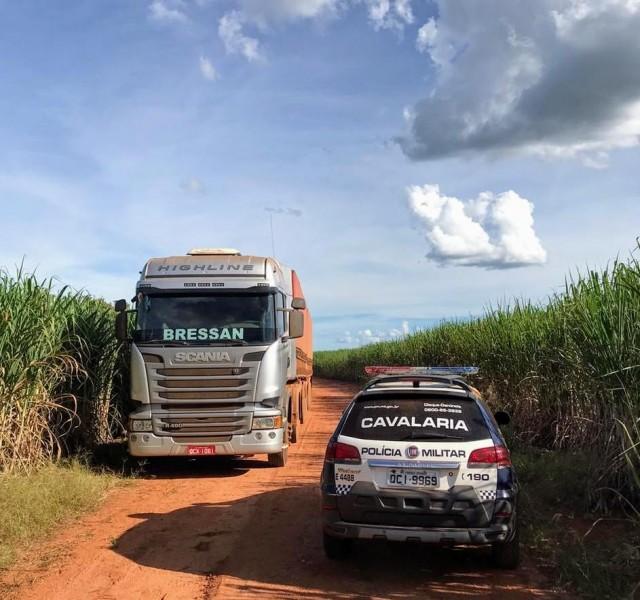 Uma das carretas roubadas e recuperação em operação da PM que já se estende por mais de 24 horas - Foto por: PMMT