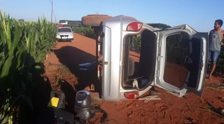 Carro capotou e parou bombado (Foto: O Correio News)