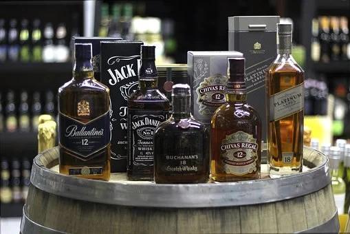 Dois são presos quando tentavam fugir de mercado com whisky e vodka sem pagar