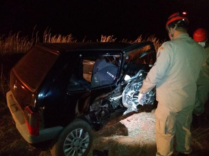 Acidente automobilístico envolvendo dois veículos - um Fiat Uno e um Volkswagen - provocou a morte de uma mulher de 45 anos. Foto: 5º GBM.