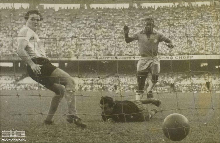 Pelé (direita) em jogo contra a Argentina durante a Copa Roca de 1957 - Arquivo Nacional/ Correio da Manhã.