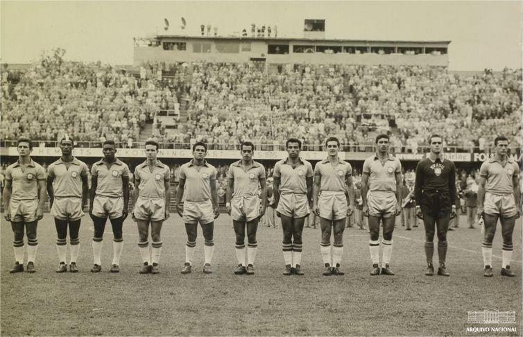 Seleção brasileira perfilada antes de jogo da Copa da Suécia, em 1958 - Arquivo Nacional/Correio da Manhã.