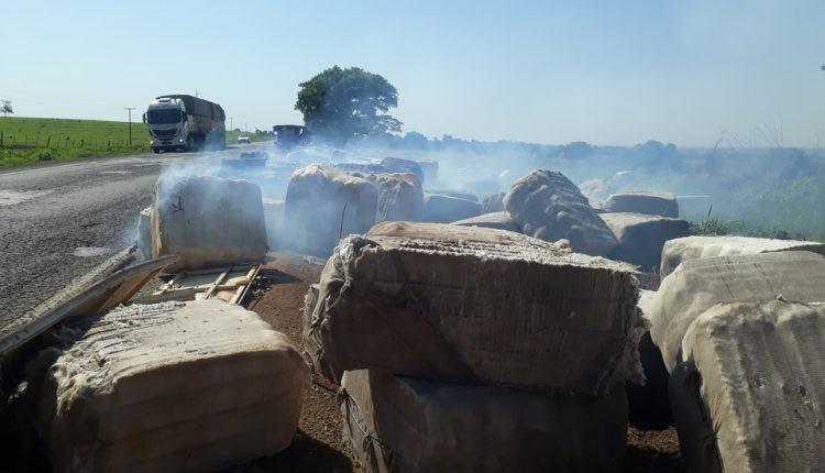 Carreta carregada de algodão tombou na BR 158 e fardos pegam fogo