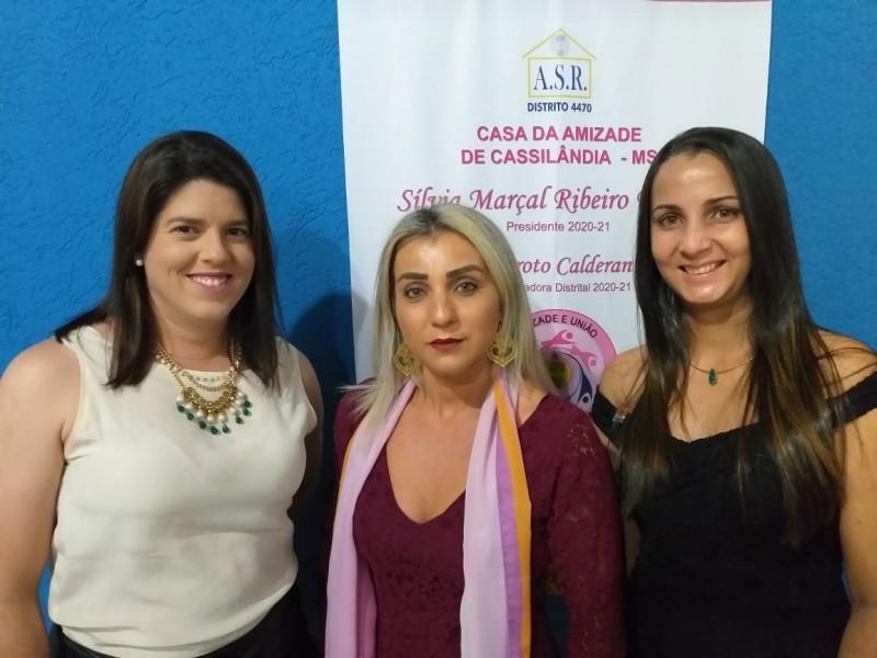 A presidente da Casa da Amizade Silvia Marçal Ribeiro Ferreira ladeada pelas novas sócias Patrícia Batista e Gisele Alves de Souza.