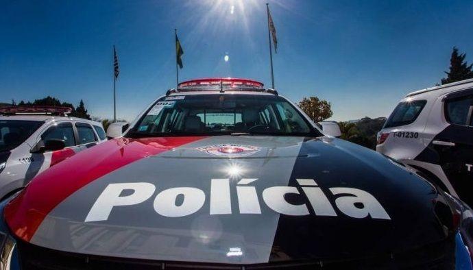 Traficante não reconhece viatura e tenta vender drogas para policiais militares