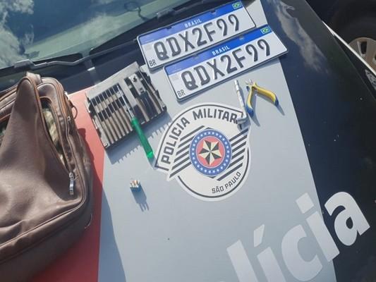 Equipamento utilizado para o roubo e as placas do veículo roubado foram encontrados com os suspeitos - Foto: Reprodução