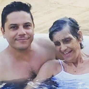 Eduardo e sua mãe, Aparecida.