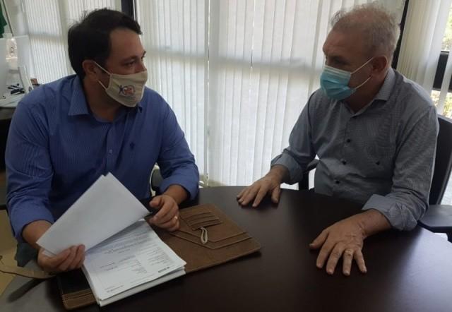 Secretário de Saúde de Cassilândia, José Lourenço (esquerda) em reunião com o Secretário Estadual de Saúde, Geraldo Rezende.