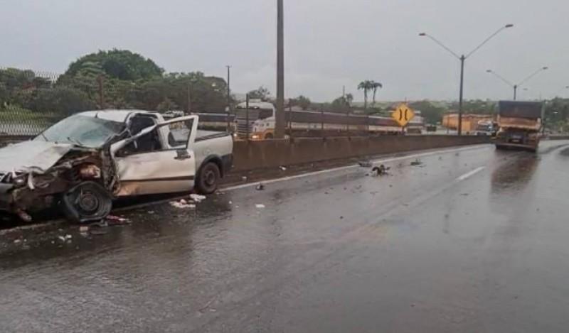 Colisão entre carro e carreta deixa uma vítima fatal na BR-153, em Itumbiara