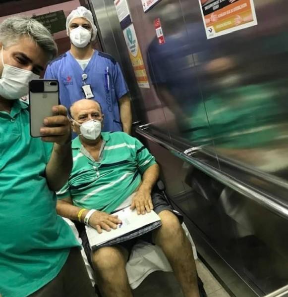 Thiago Castro postou a foto do momento em que seu pai, Celes de Castro, deixa o Hospital da Cassems em Campo Grande, após vencer a Covid-19.