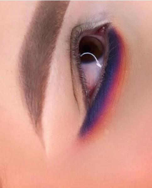 Nos cursos da Makeup Academy vc aprende esfumado inferior e transição de cores. Aki a maquiadora usou 6 cores para criar essa transição.