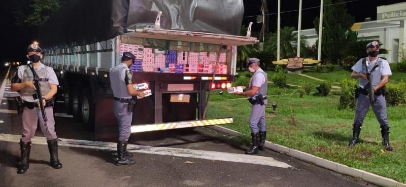 Caixas de cigarros contrabandeados foram apreendidas pela polícia em Araçatuba - Foto: Polícia Rodoviária/Divulgação