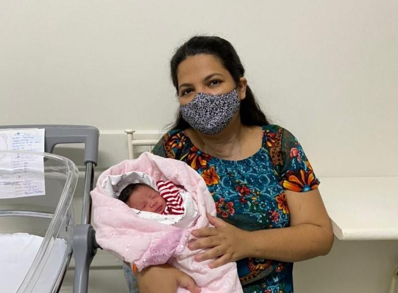 Após 52 dias internada, mãe vence covid e dá à luz a bebê saudável