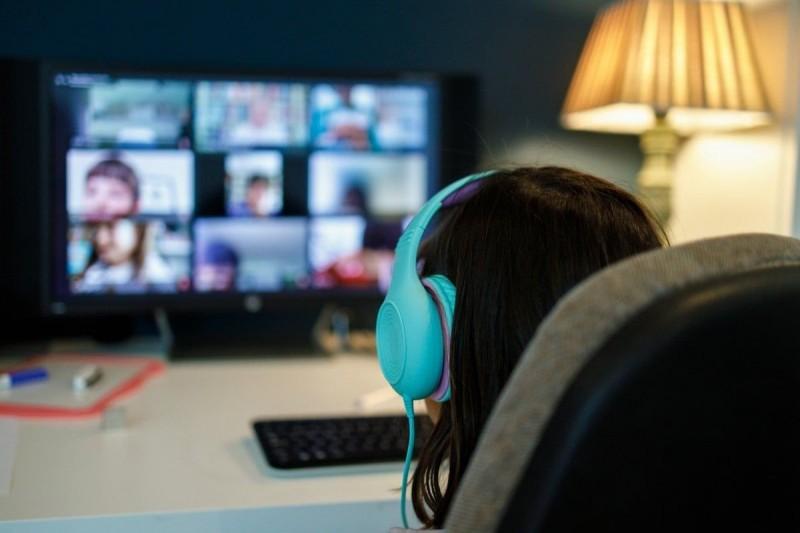 Homens invadem sala de aula virtual com mais de 60 crianças, postam vídeos porno