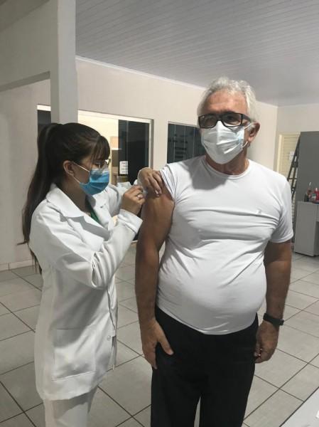 Fotogaleria: âncora do Rotativa no Ar toma a 1ª dose da vacina contra a Covid-19