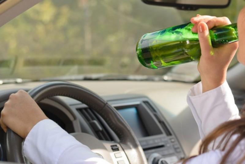 Mulher é presa por dirigir bêbada, xingar e dar tapa na cara de PM: vagabunda