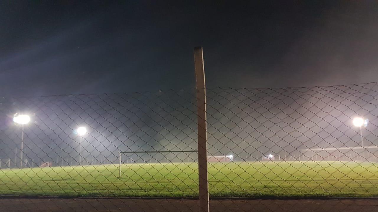 Vídeo: fogo continua queimando no fundo do Estádio Municipal; moradores pedem socorro