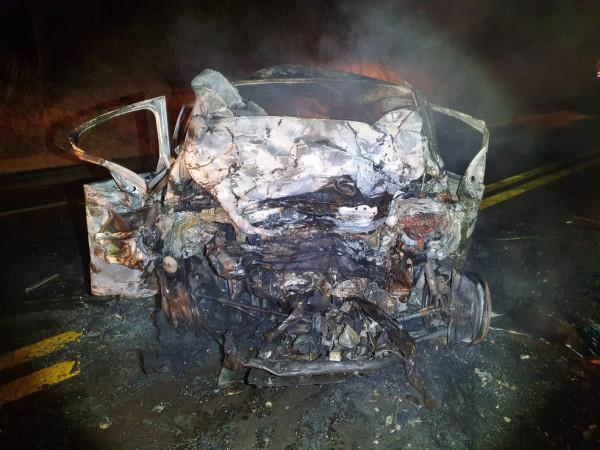 Veículos batem de frente e pegam fogo; quatro pessoas morreram