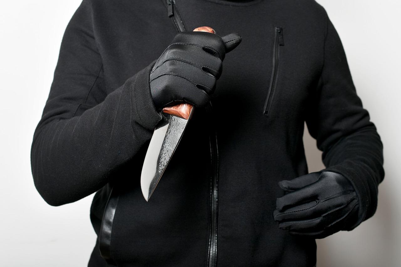 """""""Estou com ela para me proteger"""", diz homem preso com faca de 28 cm de lâmina"""
