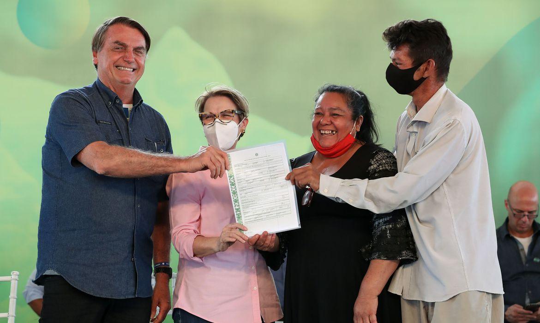 Bolsonaro entrega 307 títulos de terra em Mato Grosso do Sul
