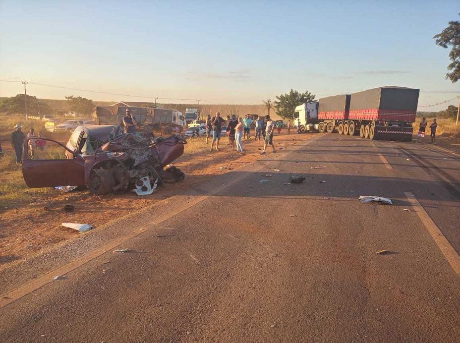 Empresário morre e jovem fica ferido após colisão de carro em carreta na BR158