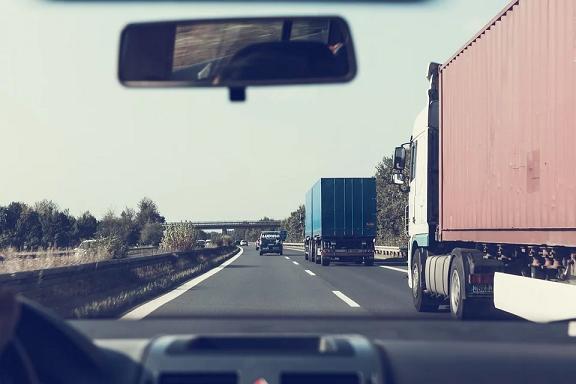 Bolsonaro publica MP que altera legislação de trânsito para atender caminhoneiro