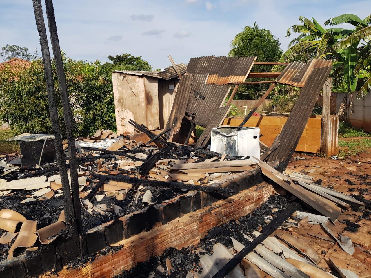 Fotogaleria: casa é consumida pelo fogo em frente ao CMEIC