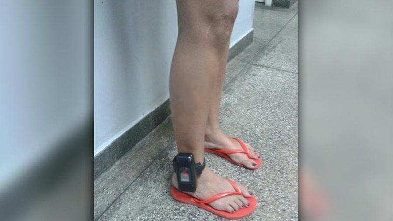 Com tornozeleira eletrônica, mulher armada com faca faz barraco em bar e acaba presa