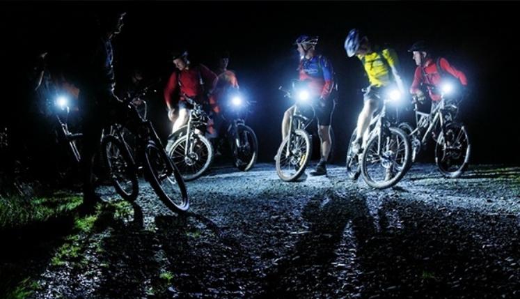 Perigo: durante pedalada noturna, ciclista é assaltado por bandido em moto vermelha