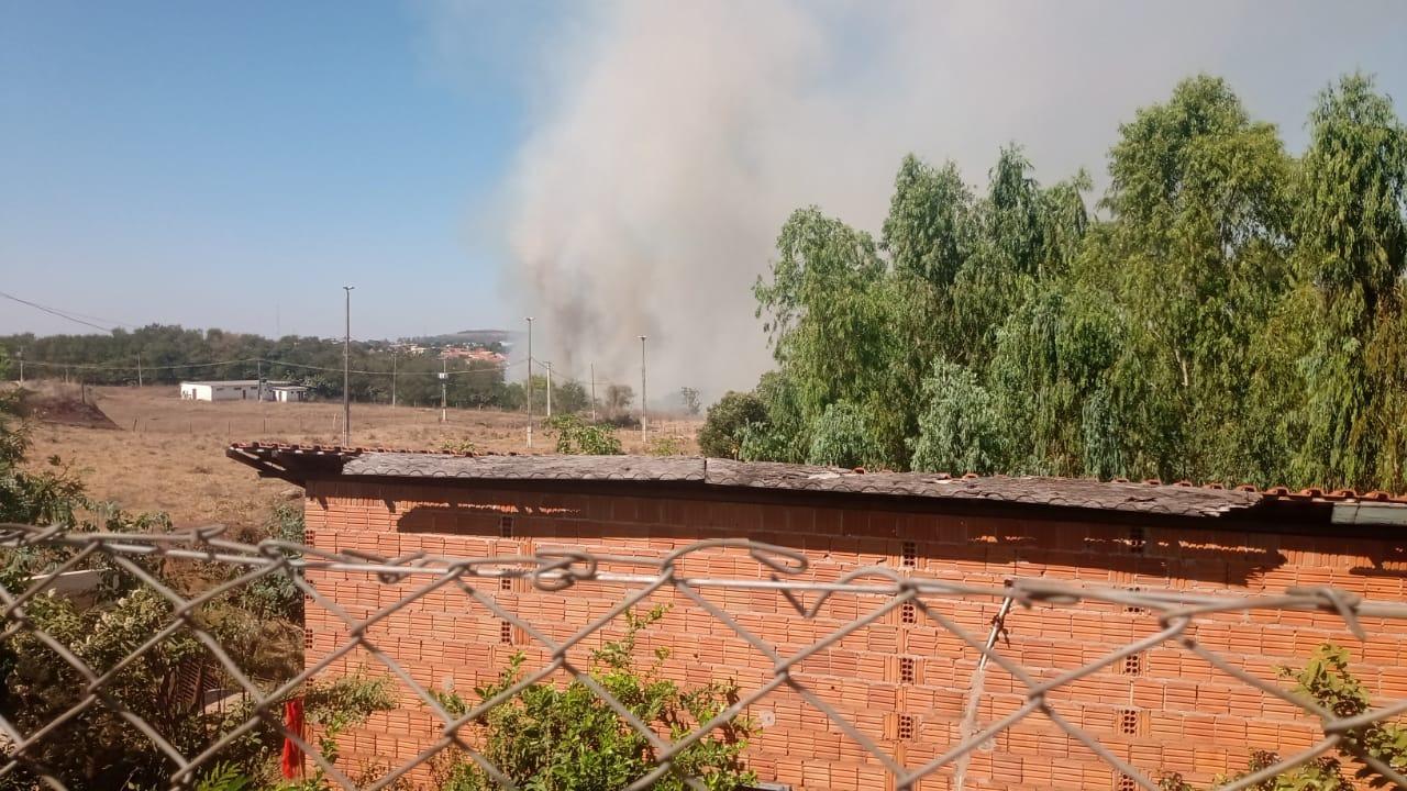 Agora: fogo no Loteamento Mais Parque em Cassilândia
