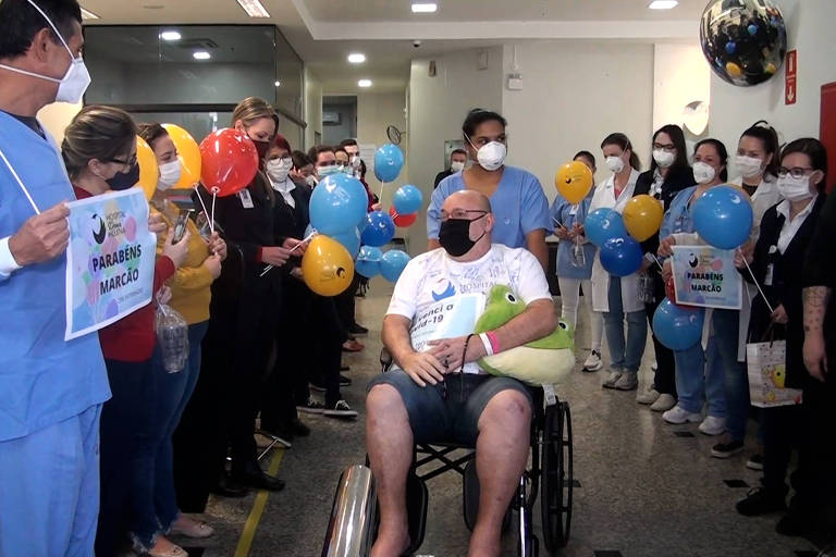 Paciente recebe alta nove meses após ter sido internado com covid-19