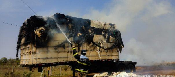 Carreta com carga de algodão pega fogo e carga fica destruída