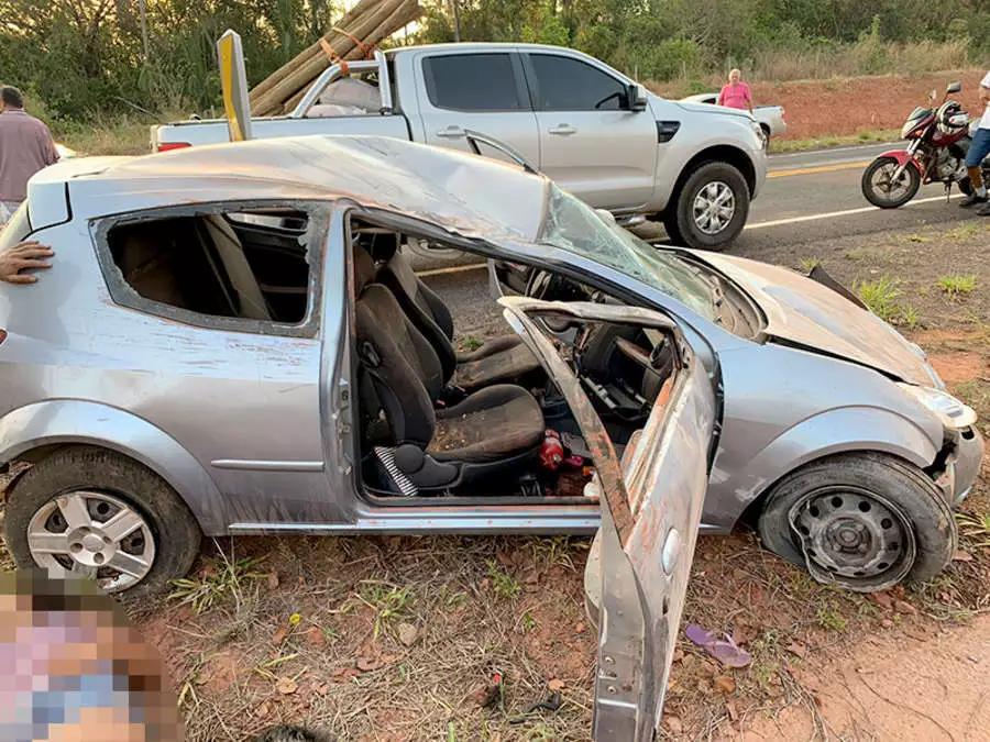 Carro capota em curva e 3 crianças ficam feridas