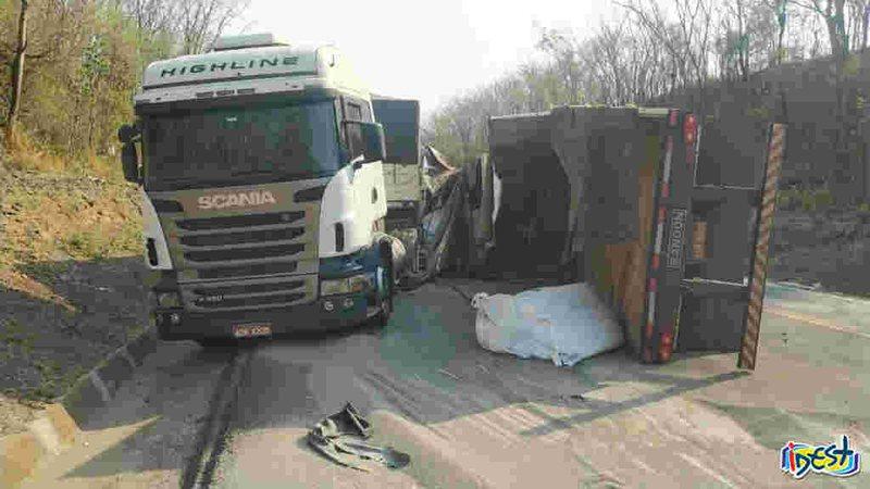 Acidente com três carretas deixa uma tombada na BR-163